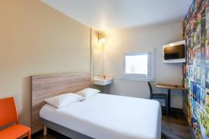 A bed or beds in a room at hotelF1 Mulhouse Bâle Aéroport