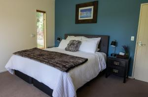 A bed or beds in a room at Maple Lodge Luxury Bed & Breakfast