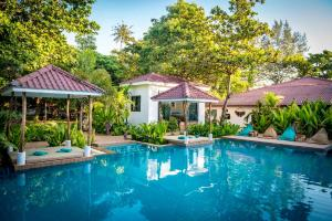Der Swimmingpool an oder in der Nähe von By The Sea Koh Mak