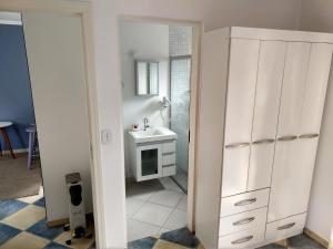 Um banheiro em Condomínio Vila Everest