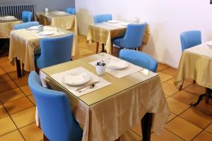 A restaurant or other place to eat at Hotel Les Pasteliers