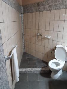 A bathroom at Hotel Restaurant les Polygones