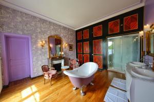 A bathroom at Château de Chantore