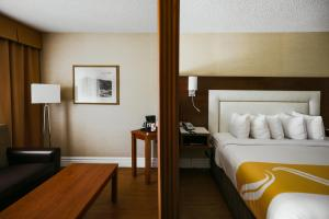 A bed or beds in a room at Quality Inn & Suites & Conference Centre - Gatineau