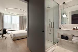A bathroom at Hotel Indigo - Williamsburg - Brooklyn, an IHG Hotel