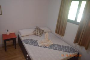 A bed or beds in a room at OYO 712 Island Hop Nido Hostel