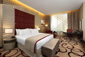 سرير أو أسرّة في غرفة في كراون بلازا آر دي سي الرياض - فندق و مركز مؤتمرات