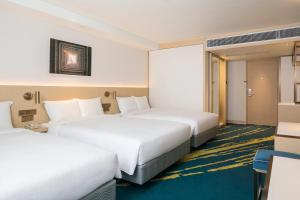 Säng eller sängar i ett rum på Holiday Inn Golden Mile, an IHG Hotel
