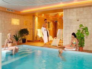 Der Swimmingpool an oder in der Nähe von Sporthotel Schieferle