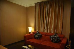 Uma área de estar em Shomookh Hotel