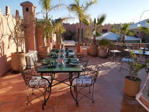 Ein Restaurant oder anderes Speiselokal in der Unterkunft Riad Les Nuits de Marrakech