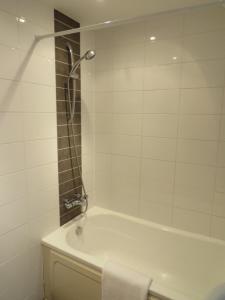 A bathroom at Hamilton Apartment