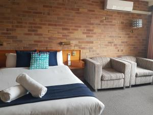 A bed or beds in a room at All Seasons Motel Armidale