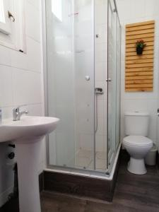 Un baño de Hostal Rama & CaStle