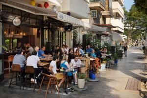 A restaurant or other place to eat at Cucu Hotel By 7Minds