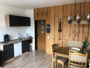 A kitchen or kitchenette at Hotel Südhang