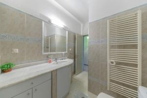 A bathroom at 1BD Apartment in the Center