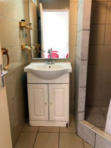 Um banheiro em Manureva iti studio - Tahiti - Faa'a - A/C - Wi-Fi - 2 persons