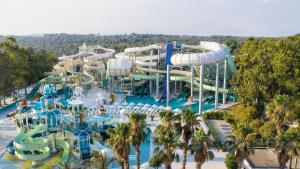 Ein Wasserpark im Hotel oder in der Nähe