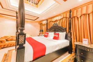 سرير أو أسرّة في غرفة في OYO 127 Bait Al Marmar Hotel