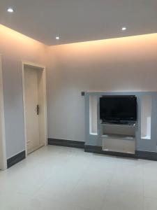 Uma TV ou centro de entretenimento em Nuzol Mina 110 Hotel