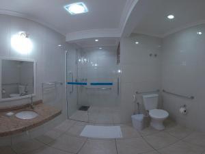 Um banheiro em Morada do Sol Apart Hotel