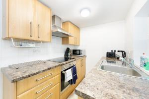 A kitchen or kitchenette at Cozy 2 Bedroom House in the heart of Bristol for 4 people