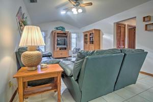 Ein Sitzbereich in der Unterkunft Airy Cape Coral Home with Dock, Private Lanai and Pool