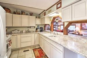 A kitchen or kitchenette at Bull Shoals Lake Getaway at Beaver Creek Marina!