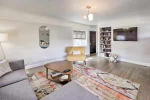 A seating area at The Downtown Crown Flagstaff Home - Walk to NAU!