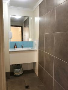 A bathroom at Hervey Bay Flashpackers