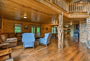 The lobby or reception area at Pastoral Log Cabin with Trails about 1Mi to Grand Lake