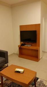 Uma TV ou centro de entretenimento em شقق جنة الوادي الفندقية