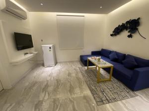 Uma área de estar em Sadan Furnished Apartments