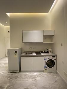 A cozinha ou cozinha compacta de Sadan Furnished Apartments