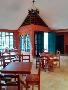 A restaurant or other place to eat at CasKaffeSu Hotel and Restaurant Mindo