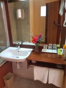 A bathroom at Hotel Jardin Savana Dakar