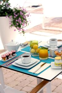 Breakfast options available to guests at Hôtel Josse