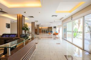 O saguão ou recepção de Comfort Hotel Salto
