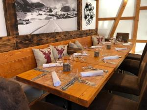 A restaurant or other place to eat at Mountain Lodge Sedrun