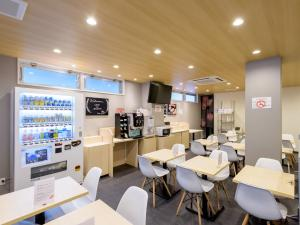 A restaurant or other place to eat at OYO Hotel ASIATO Namba