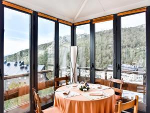 Un restaurante o sitio para comer en El Corzo Mountain Hotel