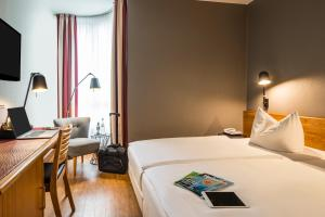 A bed or beds in a room at Mercure Hotel Berlin Zentrum Superior