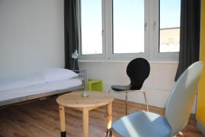 A seating area at Sandershaus Hostel