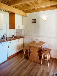 Kuchnia lub aneks kuchenny w obiekcie U SYLWI Domki Drewniane