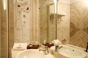 A bathroom at Hotel Ciudad de Vigo