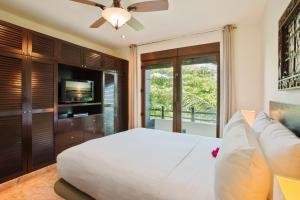 A bed or beds in a room at El Taj Oceanfront and Beachside Condo Hotel