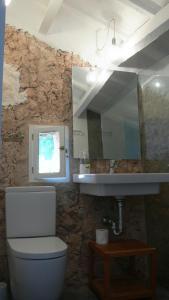 A bathroom at Finca Llimpet
