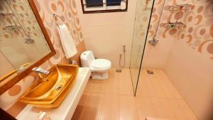 A bathroom at Hayyat Luxury Hotel Apartments