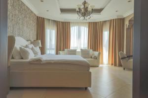 سرير أو أسرّة في غرفة في  نخلة جميرا D نسمة - فيلا فاخرة - فيلا السعفة